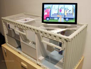 Een model van de containers die als kleine mobiele klinieken werken.